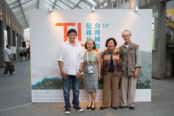 《上山》與《跑道終點》劇組,左起:蔡篤元、黃貴蓉、劉引商、黃永松 The crew staffs of The Mountain and At the Runway's Edge, from left: Donald TSAI, HUANG Gui-rong, LIU Yin-shang and HUANG Yung-sung.